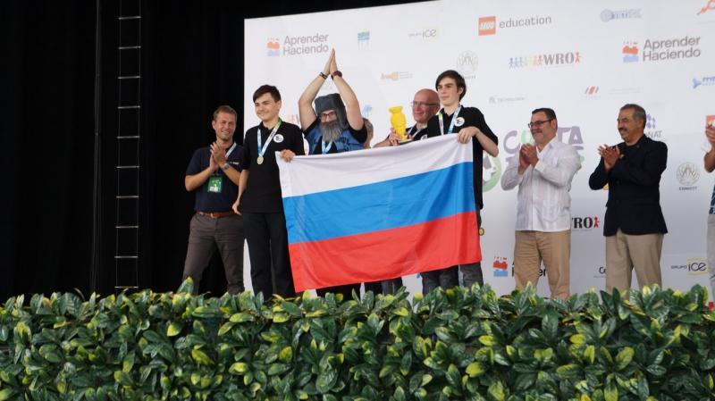 在哥斯达黎加共和国俄罗斯森林人使大家佩服: 圣光机大学中学生联队在WRO-2017国际奥林匹克机器人大赛中获得了金奖