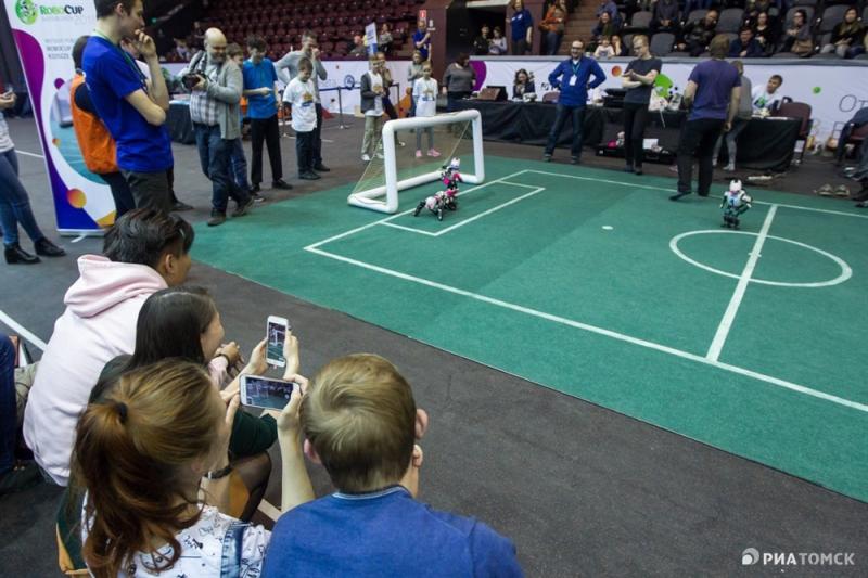 圣光机大学的中学生联队在俄托姆斯克城机器人竞赛中市获得了金奖