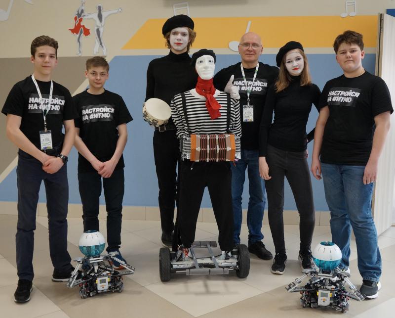来自ITMO大学创意机器人实验室的中学生创建了一个基于双轮自平衡车的机器人